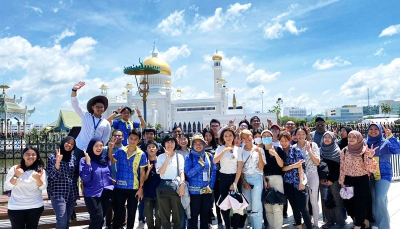 Chuwei joins the celebration of the royal birthday in Brunei.