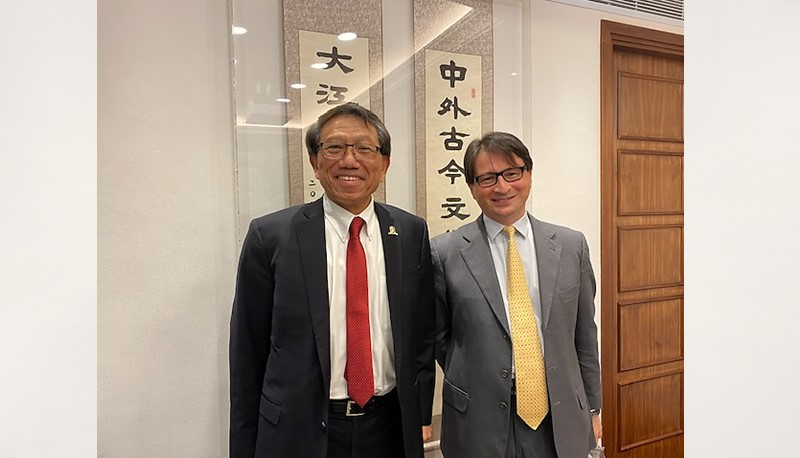 Prof. Rocky S. Tuan warmly welcomes Mr. Clemente Contestabile, Consul General of Italy in Hong Kong (right).